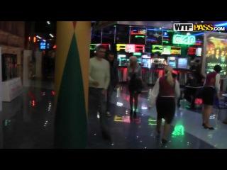 Прогуливаясь по торговому центру Женя и Денис искали легкодоступных девчат